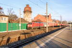 rathenow/530673/189-064-9-db-cargo-mit-dem 189 064-9 DB Cargo mit dem Containerzug (GA 49438) von Frankfurt(Oder) Grenze nach Fallersleben in Rathenow. 04.12.2016